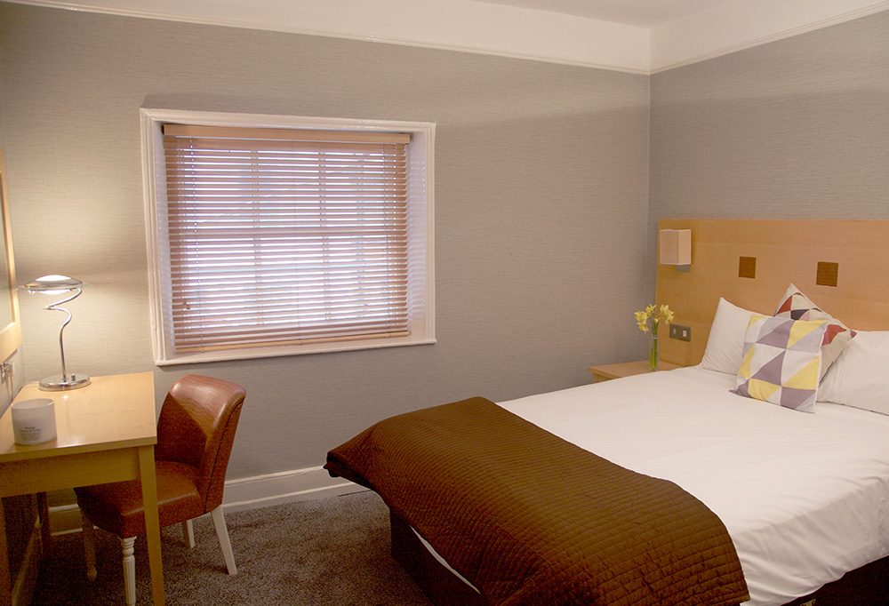 Superior Double Room Desk - Warwick Arms Hotel